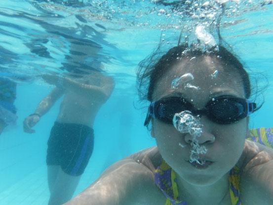 「ん~~っ、パッ」と、何度も息継ぎの訓練。コレが出来ないと泳げるようになりませんので。その後、なんとか少し潜れるようになり、先日手に入れた防水カメラで自撮り!やっぱり水の中でも自撮りか~。