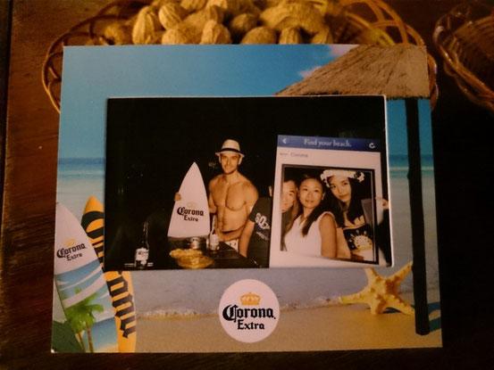 プレゼントの記念写真がコレ。モデルのサーファー風のお兄さんが中央、しかもボクの顔は半分切れてる・・・。お姉さん、もうチョットうまく撮ってくださいね~。