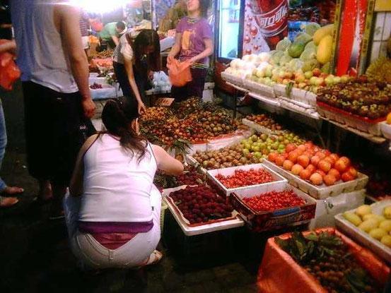 果物もだいたいこんな感じで売ってます。コレは今でもよくある光景ですね。