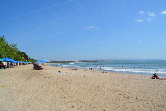休日でない時はこんな感じで結構のんびりしたビーチです。