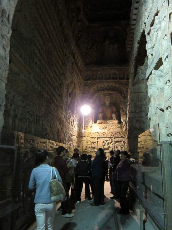 中に入ると壁面にもいくつもの仏像があり、驚くばかり。