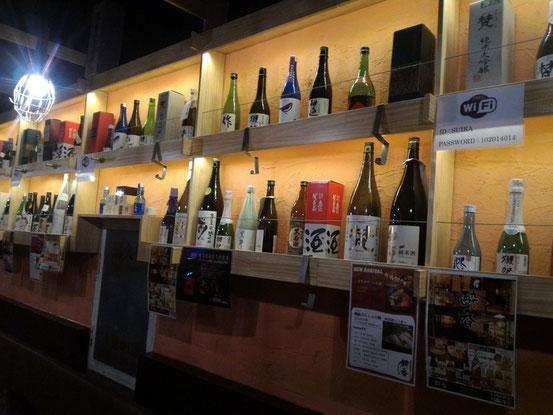 店内はチョット洒落たバル風。さすがにいろんな種類の日本酒がズラッと並んでいます。