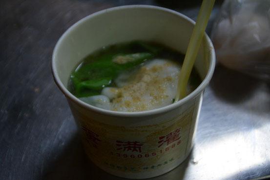 これが出来上がり。卵は半熟、スープは薄めの味ですがそれなりに。15元。