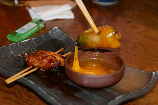 愛ちゃんが気に入った「あぐー豚スキヤキ串」。タマゴ1コまるごとつけて食べます。