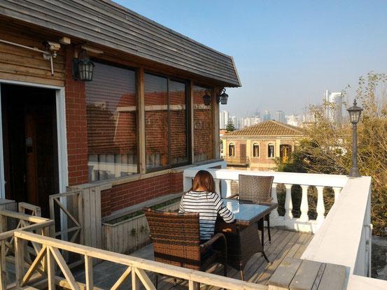 部屋の横にはバルコニーがあってココでもくつろぐことができます。夕方になるとチョット肌寒いですが、北京ではありえないので大喜び!