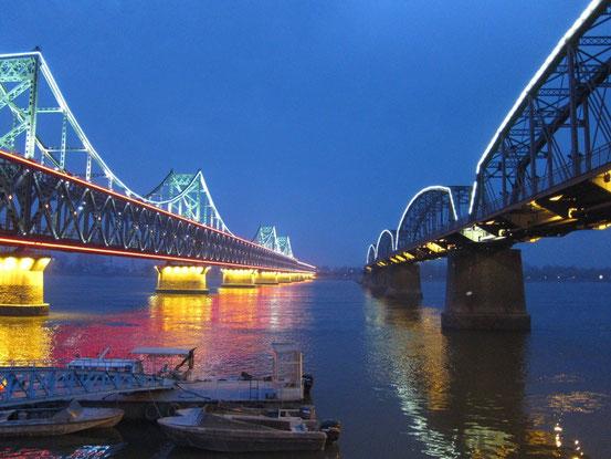 2本の橋があり、色が変化するイルミネーション。ズッといてても飽きません。