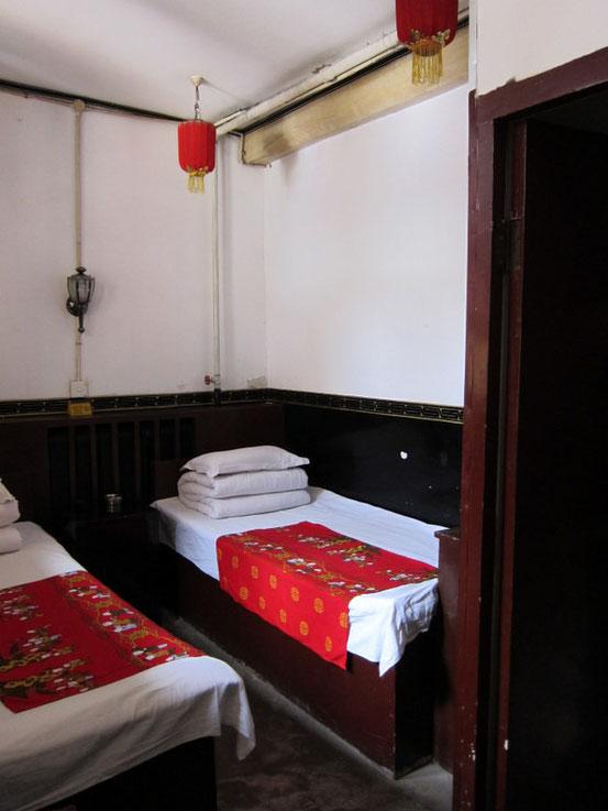 広さは6畳あるかどうかのレベルに簡易ベッドが2つ。