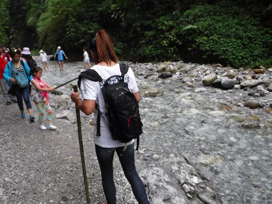とにかく水がキレイでビックリ!中国に来て13年目ですが、これだけキレイな清流を見たのは初めてです。