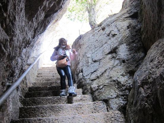 正直ナメてたのですが、コレが以外にもキツイ・・・。 アップダウンの石の階段が永遠に続きます。