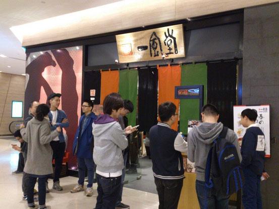 日本人よりも現地の方のほうが多いですね。昨今の日式ラーメンの人気はスゴいです。