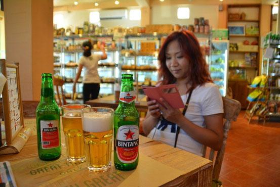 歩き疲れたのでオーガニックカフェの「Earth Cafa」でチョット休憩。バリ島の定番は「BIN TANG」ビール。
