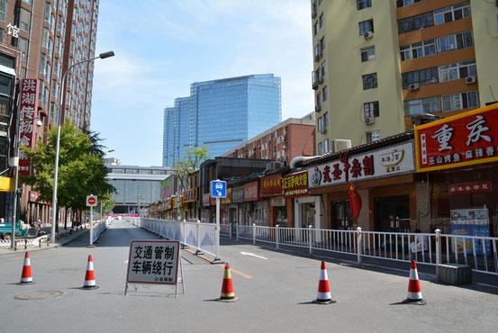 南側も立入禁止で、いつも賑わっている店も全部休業。