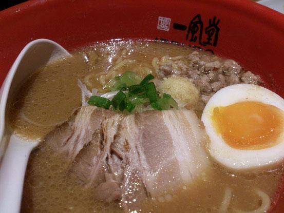 「札幌味噌ラーメン」は太めの縮れ麺で、しっかりと味噌ラーメンらしい味が出ています。