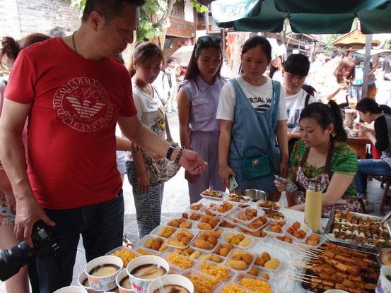 小吃のお店が多く悩みますが、北京同様、正直この手のはあまり美味しいとは思えません・・・。