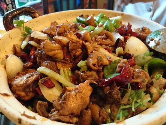 まずは鍋のサイズと辛さのレベルを指定。鍋と言っても俗にいう「干锅(GanGuo)」というスープがほとんどない鍋です。