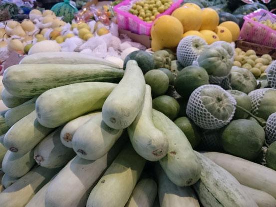 日本では見かけない野菜も多く並んでます。