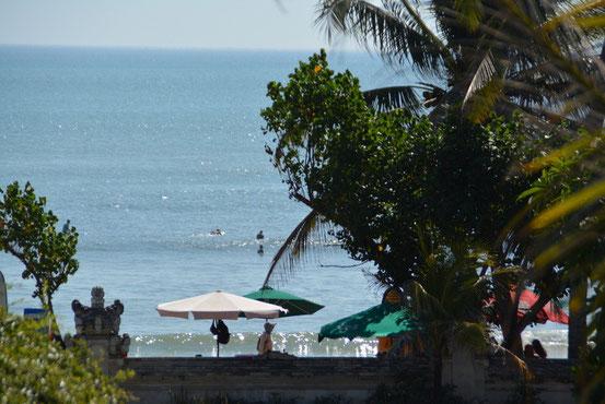 「Beach Walk」からクタビーチを眺められます。1日中サーファーが波乗りをしています。