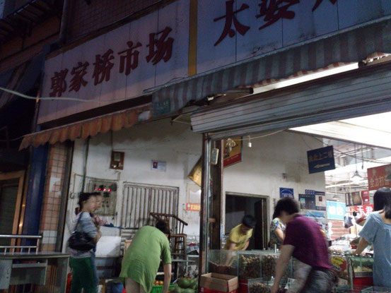 周辺は小さな飲食店が多く、市場もあって非常に便利。