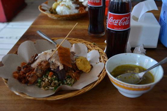 コレが「バビ・グリン」というバリの伝統料理。かなり辛かったです。コレにコーラつけて2人でRp.78000。日本円ではおよそ770円程度。