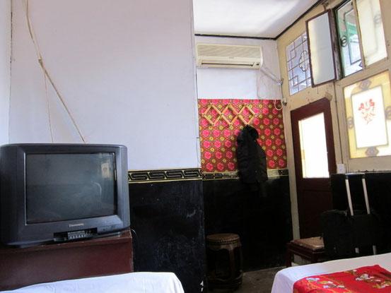 日本人が泊まると辛いのはシャワー。便座の上にシャワーがついてる俗にいう「小区(団地)」のような半畳程度の部屋。でもコレで2名130元程度なのでぜんぜんOKです。