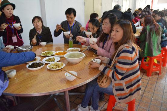 三十数名のバスツアーなのでひとテーブル11名で、と。見も知らぬ人と一緒に箸をつつけない人はご飯にありつけません。