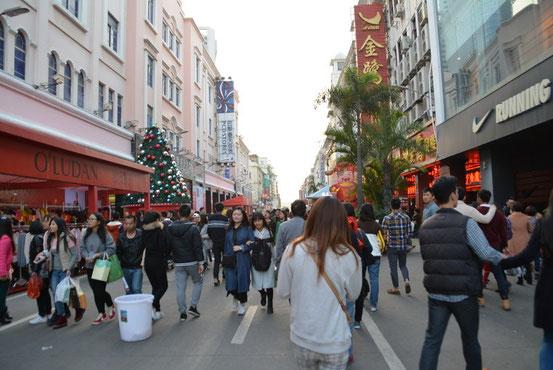 「中山路歩行街」と呼ばれる俗にいうホコ天(死語???)。北京で言えば王府井みたいな場所です。
