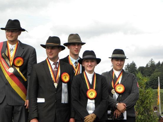 Viviane Quarch (2te v.r.) freut sich über die  Bronze-Medaille
