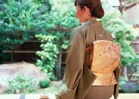名古屋の着付け 着物の着付け トップ 着物の女性後ろ姿