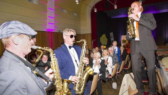 """Die Formation """"Sax Power"""" heizte den Gästen beim Kunstforum-Fest kräftig ein. Die Formation hat ihren musikalischen Durchbruch dem Verein zu verdanken. © Hampe"""