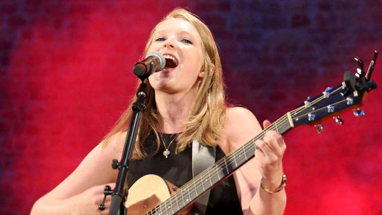 Dieses Konzert werden die Besucher lange nicht vergessen: Leonie Jakobi begeisterte im Burggarten. © zcol
