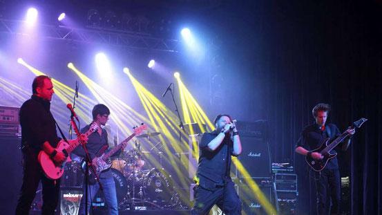 Sindustry aus Frankfurt eröffneten den Abend mit kraftvollem Metal-Sound. Obwohl alle vier Bands eine tolle Show boten, blieben die Zuschauer aus.  © Kirschner