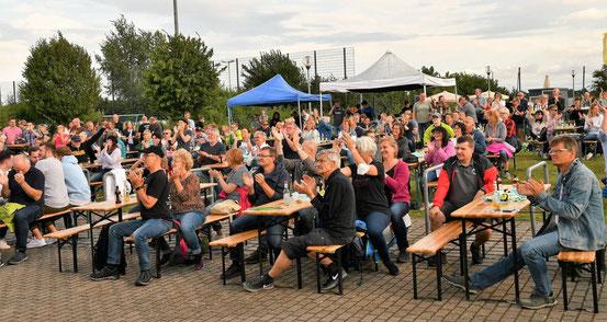 """Das Publikum im Maingau-Energie-Stadion sang, groovte und klatschte von Beginn des """"Monotones""""-Heimspiels in Rodgau an mit. © Mecora"""