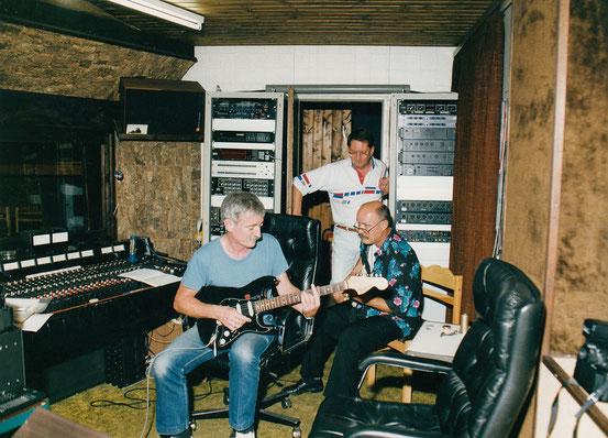 Hanspeter Günster und Hans-Jürgen Lilie spielen Gitarrenparts direkt in der Regie des Tonstudio Bieber ein. Mike Siebel schaut interessiert zu.