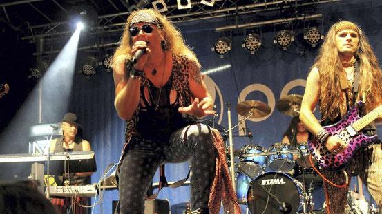 Im vergangenen Jahr wurden sie schmerzlich vermisst, deshalb feierten die Fans RÿffHuntR dieses Jahr umso mehr: Die Band mit dem schrillen 80er-Jahre-Outfit rockte am Samstagabend als Headliner das Open Doors Festival. © Beck