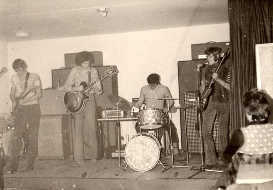 v.l.n.r.:: Bernd Kuhn (g), Volker Renisch (g), Siegfried Bäuerle (dr), Kunibert Fahl (b) (1970)