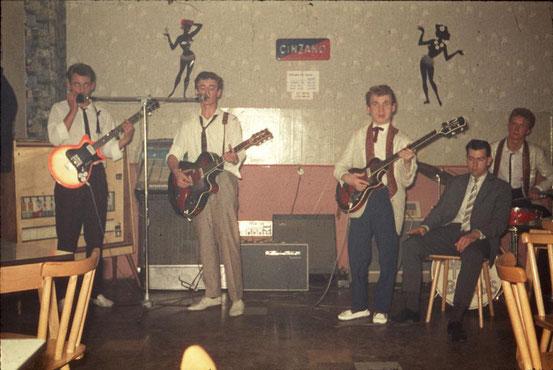 Jürgen Gärtner (g, voc), Hanspeter Günster (g, voc), Hans .... (b), Kurt Eichhorn (dr) im Jahr 1962 bei einem Auftritt in der Gaststätte zum Wetteramt in Offenbach