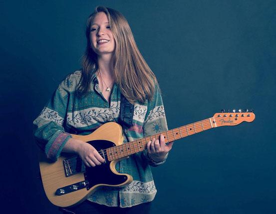 Eine Frau und ihre Gitarre: Am Sonntag spielt Leonie Jakobi aber mit Band in der Werkstatt.  © paul wills