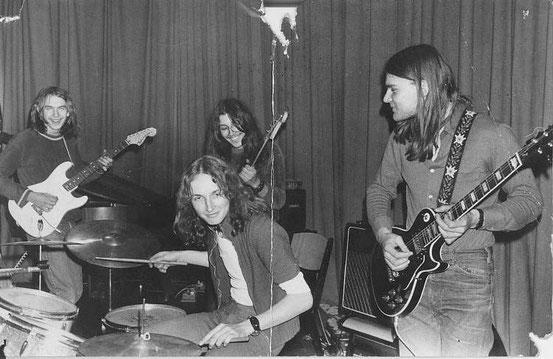 1973 in Niederroden, v.l.n.r.: Rainer Michel (g), Jürgen Böttcher (dr), Arno Gessner (b), Raimund Salg (g)