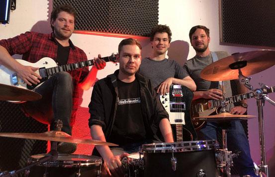 Im Proberaum der Blackbirds: Oliver Bick (von links), Robin Staudenmaier, Marco Krämer und Florian Hain. © Reus
