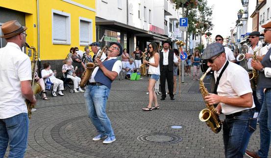 """Mitreißende Melodien boten die Musiker der Gruppe Sax Power beim vierten """"Hofsommer on tour"""" auf der Bahnhofstraße. Die Veranstaltungsreihe fand auch am ungewohnten Ort guten Zuspruch. © Michael Prochnow"""