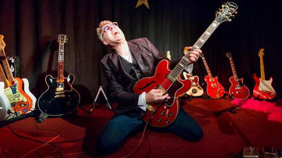Auch solo ist Tom Jet auf den Bühnen im In- und Ausland unterwegs – begleitet nur von seinen Gitarren. © Wittekopf