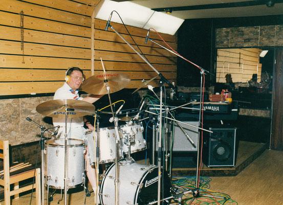 """Mike Siebel am Schlagzeug bei den Aufnahmearbeiten zur CD """"Remember"""" im Aufnahmeraum des Tonstudio Bieber in Offenbach."""