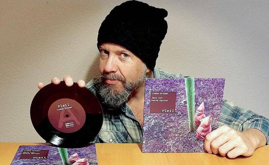 """Mit der Vinyl-Single """"Liebe Grüße!/Jazz ist keine Option"""" beteiligt sich der Obertshausener Musiker Marco Pleil an der Aktion """"Hessen kulturell neu eröffnen"""". © Kinsler"""