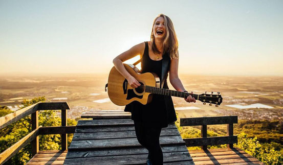 Die Sonne im Rücken hat Leonie Jakobi aus Dreieich auch auf diesem Promo-Bild. Wo sie am Dienstag spielt, bleibt geheim – aber das Konzert kann jeder dank Livestream auf dem Balkon oder im Wohnzimmer genießen.  © Veranstalter