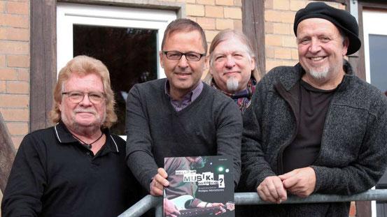 Der Autor und drei Monotones-Musiker präsentieren ihr Buch (von links): Peter Osterwold, Oliver Zils, Joky Becker, Ali Neander.  © Wolf