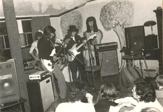 """Auftritt der Gruppe """"Gamblin Brain"""" in den Clubräumen (1975)"""