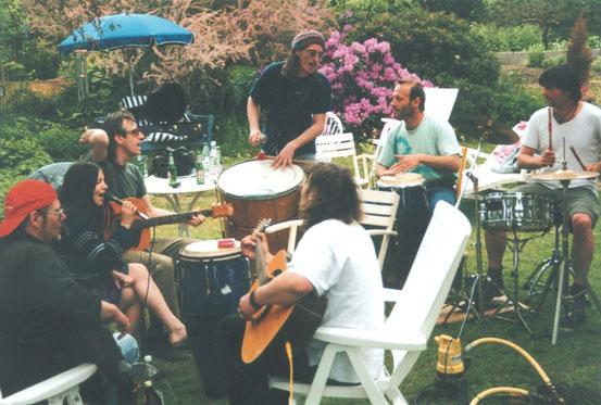 Beim Musizieren im Garten