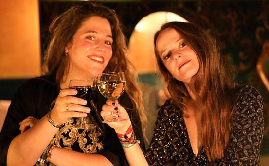 Auf ein gelungenes Video: Jule Heidmann (links) und Paula Stenger haben gemeinsam mit Freunden einen Clip in der einstigen Kult-Bar Comtesse gedreht.  © Jost