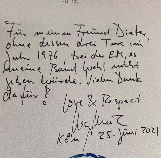 """Die Widmung im Wortlaut: """"Für meinen Freund Dieter, ohne dessen drei Tore im Jahr 1976, bei der EM, es meine Band wohl nicht geben würde."""" © -"""