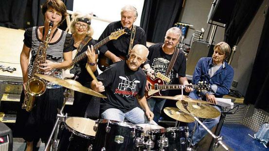 """50 Personen meldeten sich vor vier Jahren auf den Aufruf von Michael Koch – fünf Musiker haben es dann in die Seniorenband Sandrock 55 geschafft. """"Trainer"""" ist der erfahrene Spitzen-Bluesgitarrist Manfred Häder (rechts).  © Georg"""